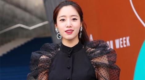 Sao Han dong loat dien trang phuc sen sam tai Seoul Fashion Week hinh anh