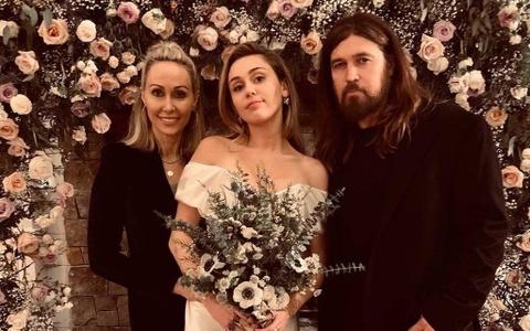 Miley Cyrus dep quyen ru trong ngay trong dai voi vay cuoi toi gian hinh anh