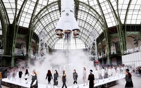 Chắc sẽ không còn ai sáng tạo ra các runway vĩ đại như Karl Lagerfeld