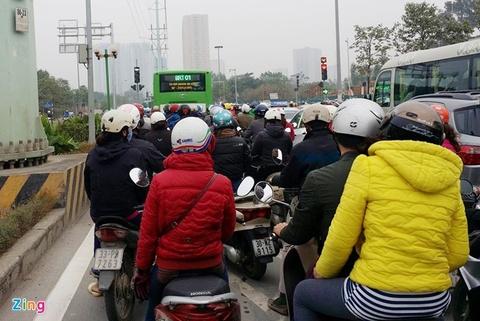 Xe buyt nhanh BRT bi xe may tat dau, oto lan lan hinh anh