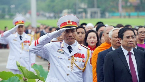 Dai bieu Quoc hoi vieng Chu tich Ho Chi Minh hinh anh 7