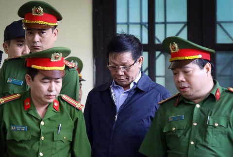 Cựu trung tướng Phan Văn Vĩnh cúi mặt vào phòng xử án