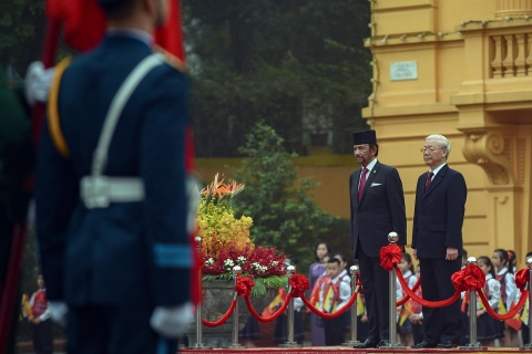 Quoc vuong Brunei bat dau tham cap nha nuoc den Viet Nam hinh anh 2