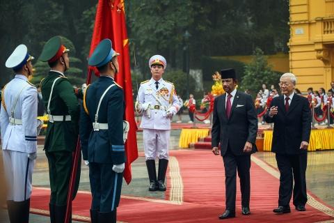 Quoc vuong Brunei bat dau tham cap nha nuoc den Viet Nam hinh anh 4