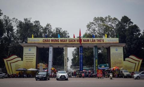 Hang nghin nguoi doi nang chon sach o cong vien Thong Nhat hinh anh 1