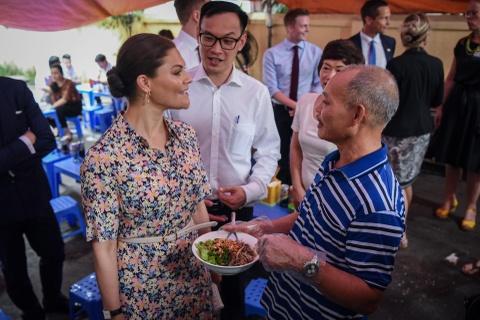 Cong chua Thuy Dien ghe quan via he Ha Noi an bun bo Nam Bo hinh anh 5