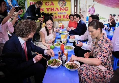 Cong chua Thuy Dien ghe quan via he Ha Noi an bun bo Nam Bo hinh anh 8