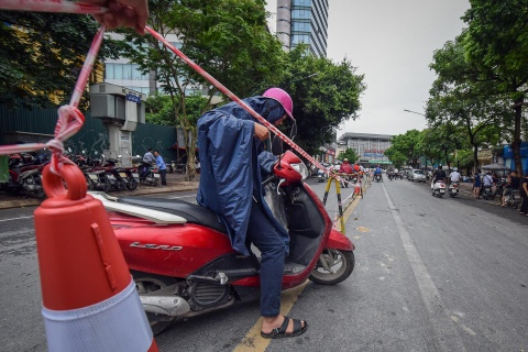 Chui rao di lam khi qua cong truong nha ga metro o trung tam Ha Noi hinh anh 10