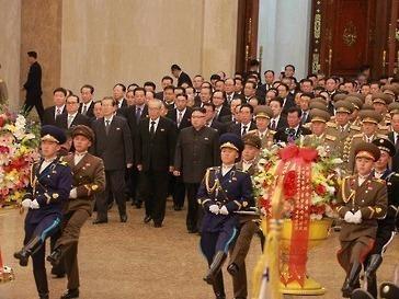 Kim Jong Un vieng lang Kumsusan nhan ngay sinh nhat cha hinh anh