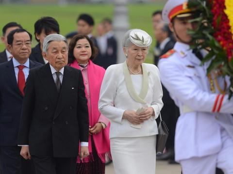 Nha vua va Hoang hau Nhat vieng lang Chu tich Ho Chi Minh hinh anh