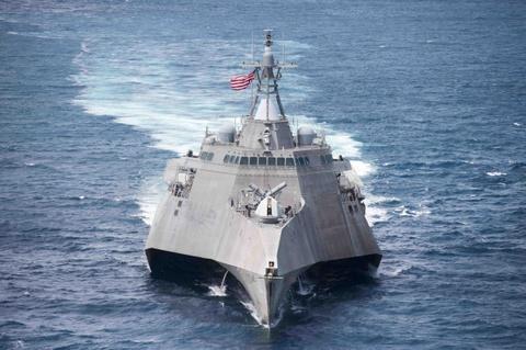 Tau tac chien USS Coronado cua My den cang Cam Ranh hinh anh