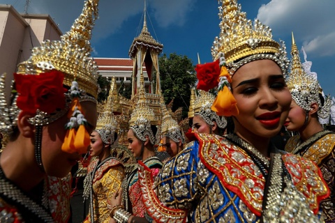 Nguoi Thai gap rut chuan bi cho le hoa tang Vua Bhumibol hinh anh