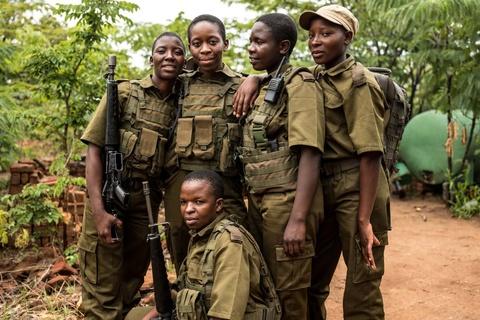 Biet doi 'nu chien binh' qua cam o Zimbabwe hinh anh 4
