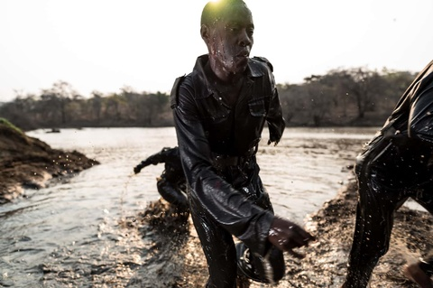 Biet doi 'nu chien binh' qua cam o Zimbabwe hinh anh 7