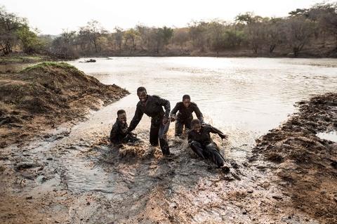 Biet doi 'nu chien binh' qua cam o Zimbabwe hinh anh 6