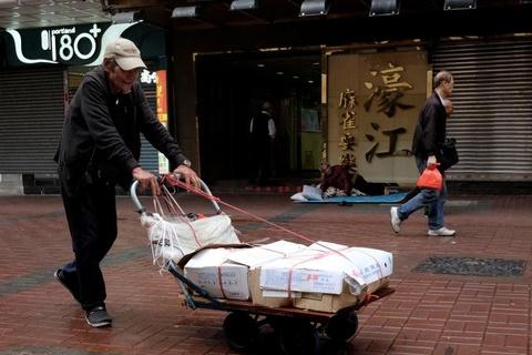 Hong Kong hoa le qua con mat cua mot nguoi vo gia cu hinh anh 4