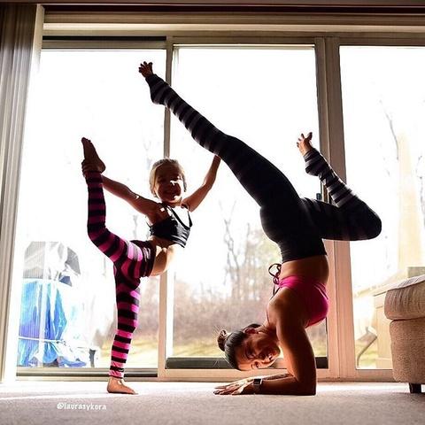 Bo anh tap yoga cung con cua ba me noi tieng tren Instagram hinh anh 10