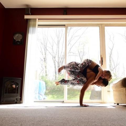 Bo anh tap yoga cung con cua ba me noi tieng tren Instagram hinh anh 6