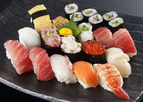 Moi nguy hiem tiem an khi an sushi hinh anh