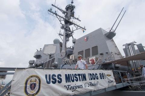 My dua tau khu truc USS Mustin toi Cam Ranh hinh anh
