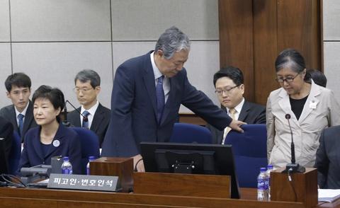 Bi tranh mat, ban than phap su van bao ve ba Park Geun Hye tai toa hinh anh