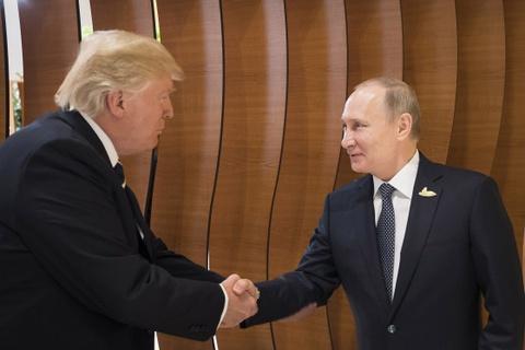 Tong thong Trump bat tay Tong thong Putin hinh anh