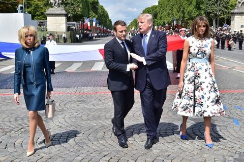Macron pha ky luc 'bat tay 19 giay' giua Trump va Abe hinh anh