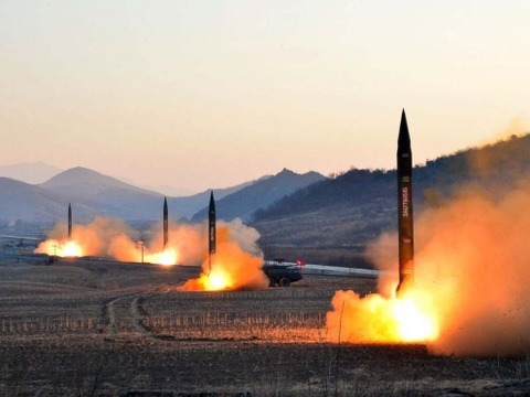 Ong Kim Jong Un da xem ke hoach tan cong ten lua gan Guam hinh anh