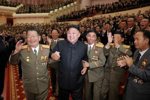 Kim Jong Un cung cac tuong linh mung vu thu bom H hinh anh 1