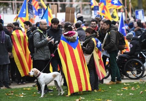 Tay Ban Nha cao buoc Nga can thiep trung cau dan y Catalonia hinh anh