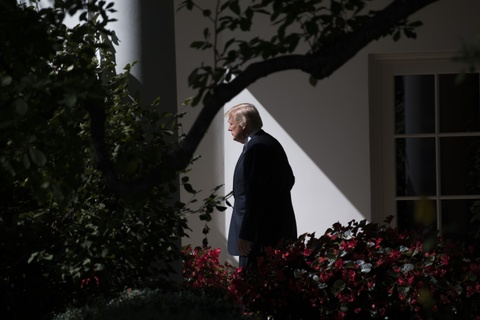 'Sau mot nam, ong Trump van bo ngo nhu ngay dau tien' hinh anh 4