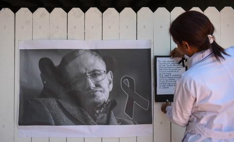 Cambridge tien dua Stephen Hawking trong chuyen di cuoi cung hinh anh 12