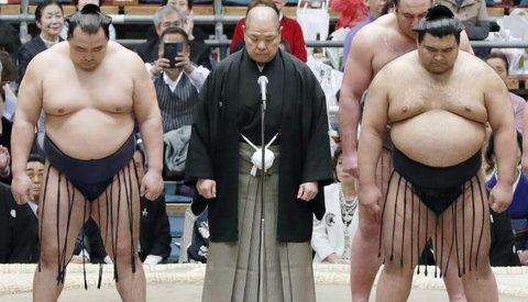 Nhat Ban: Tranh cai viec phu nu bi duoi khoi san sumo du cuu nguoi hinh anh