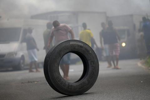 Tai xe xe tai bieu tinh lam te liet Brazil, chinh phu dieu quan hinh anh 9