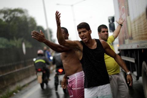 Tai xe xe tai bieu tinh lam te liet Brazil, chinh phu dieu quan hinh anh 8
