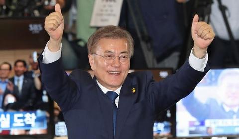 Tổng thống Hàn Quốc chúc mừng đội tuyển bóng đá VN và HLV Park