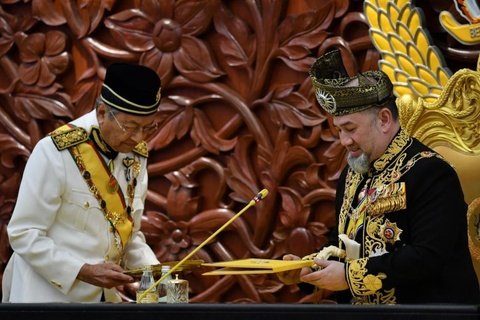 Quoc vuong Malaysia bi ep thoai vi de tranh phai mat mat? hinh anh 1