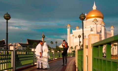 Brunei ap luat nem da den chet nguoi dong tinh: Qua so ra duong hinh anh 2
