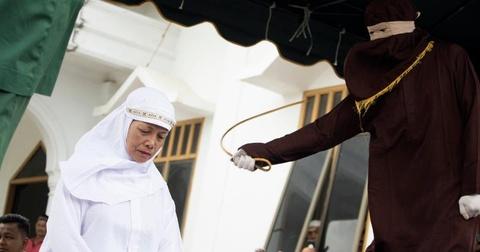 Brunei ap luat nem da den chet nguoi dong tinh: Qua so ra duong hinh anh 3