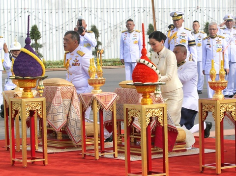 Nuoc thieng va 5 bieu tuong vuong quyen trong le dang co cua vua Thai hinh anh 4