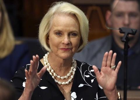 Vo ong McCain cong khai ung ho Joe Biden hinh anh