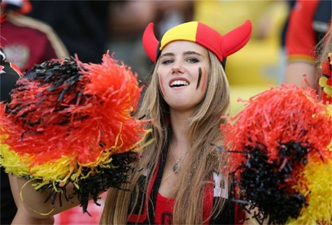 Fan nu World Cup vut tro thanh nguoi mau sang gia hinh anh