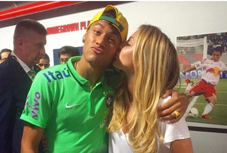 Neymar hen ho em gai tay vot Bouchard hinh anh
