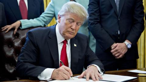 Tổng thống Mỹ Donald Trump ký sắc lệnh cấm vận Huawei. Ảnh: Getty Images.