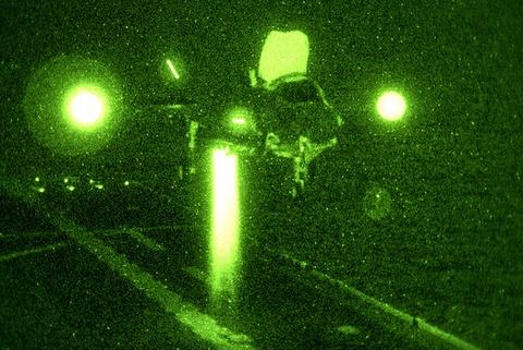 May bay tang hinh F-35 ha canh thang dung tren tau do bo hinh anh