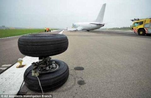 Boeing 737 rung banh khi dap xuong duong bang hinh anh