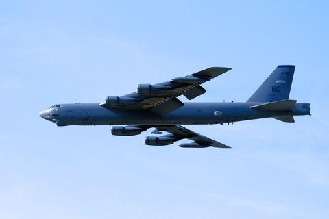 Suc manh phao dai bay B-52 ap sat dao phi phap Trung Quoc hinh anh 2