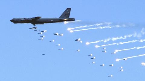 Suc manh phao dai bay B-52 ap sat dao phi phap Trung Quoc hinh anh 3