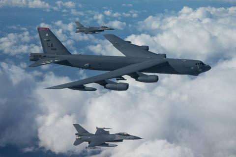 Suc manh phao dai bay B-52 ap sat dao phi phap Trung Quoc hinh anh 7