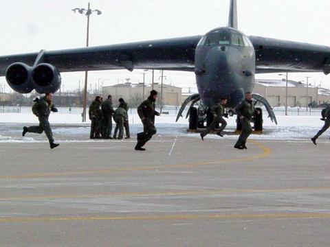Suc manh phao dai bay B-52 ap sat dao phi phap Trung Quoc hinh anh 10